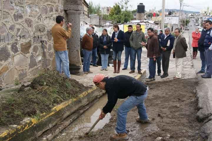 Se rehabilita la cuneta de la Avenida Hidalgo para prevenir inundaciones en Nanacamilpa