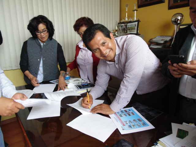 Firman convenio Carlos Luna Vázquez y Doreidé Sánchez Cano
