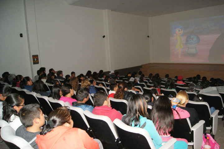 """Con éxito, realizan """"Viernes de Cine"""" en el Complejo Cultural de Nanacamilpa"""