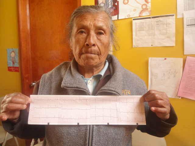 Adultos mayores de Tetla les realizan electrocardiogramas