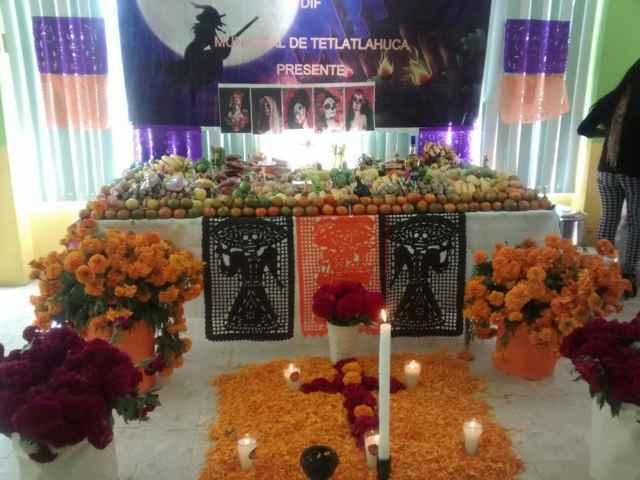 Ayuntamiento y SMDIF celebran día de muertos con ofrenda