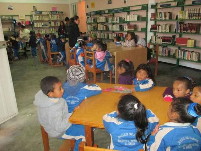 Alcalde acerca biblioteca virtual a estudiantes