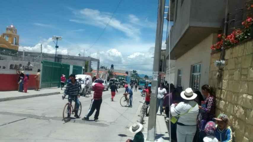 Se enfrentan policías y padres de familia en Cuapiaxtla
