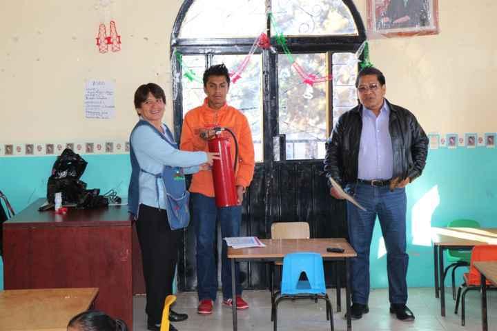 """Entrega Dirección de Protección Civil de Contla equipo contra incendios a la escuela """"Piltonxalli"""""""