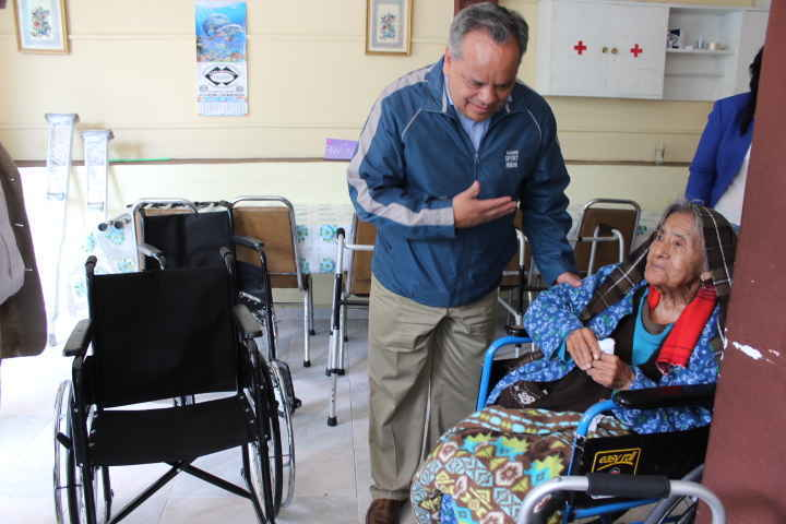 Entrega alcalde huamantleco aparatos de movilidad asistida a personas de la tercera edad