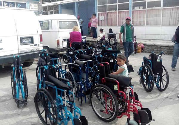 Entrega SMDIF Huamantla aparatos de movilidad especial