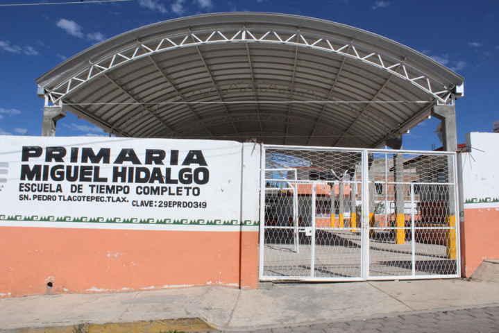 Escuelas de Xaloztoc contarán con techumbre en patio cívico
