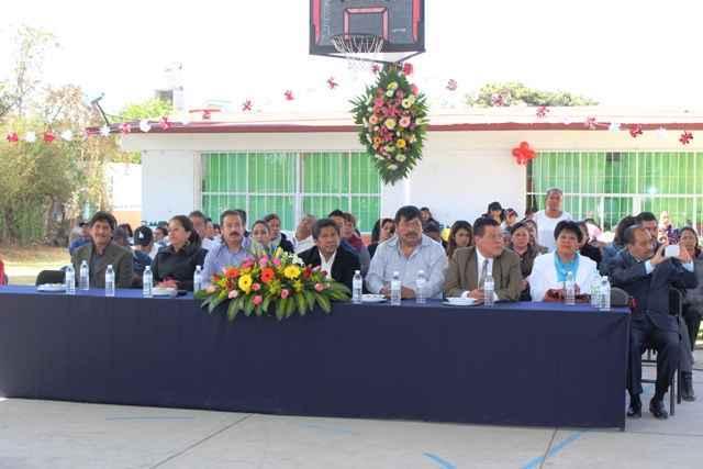 Ayudó Edilberto Algredo cumplir sueño de Telesecundaria de Zacatelco de tener una techumbre: directora