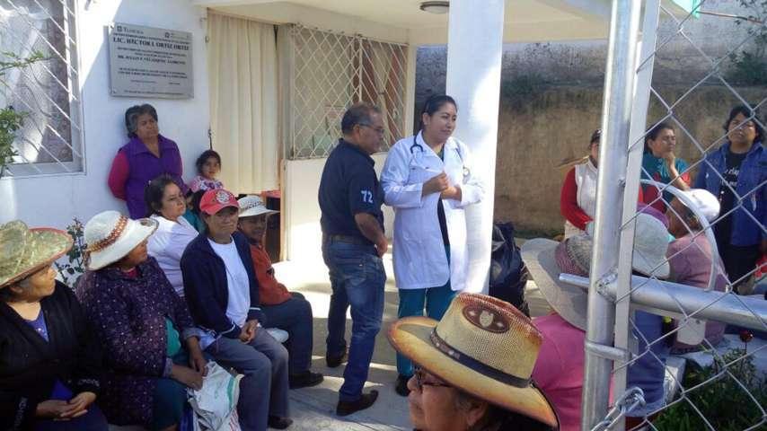 Colaboran vecinos de Xochimilco en faena comunitaria