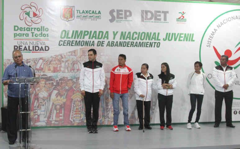 Abanderan a tlaxcaltecas que participarán en Olimpiada y Nacional
