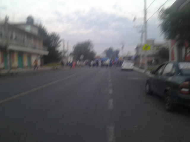 Colapsan actividades en Tezoquipan por bloqueo carretero
