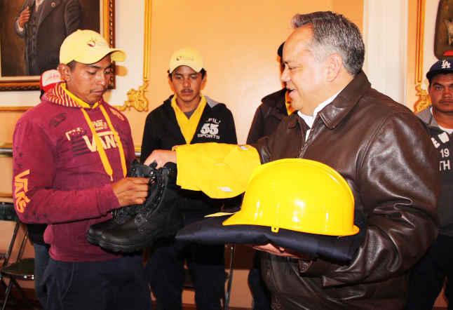 Entrega Alejandro Aguilar López uniformes a brigadistas de CONAFOR