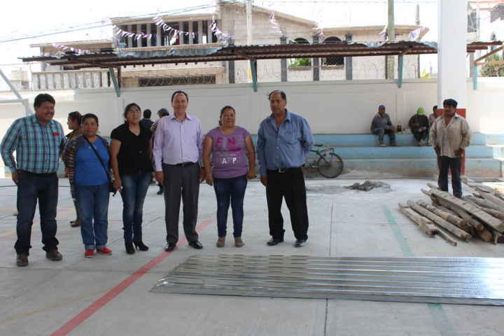 Alcalde CBP entrega insumos a escuela de Atoyatenco