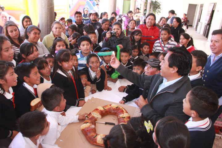 Festejan día de Reyes con función de payasos y rosca