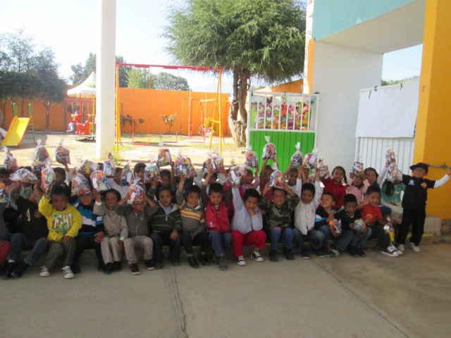 Ayuntamiento y DIF regalan sonrisas a niños en su día