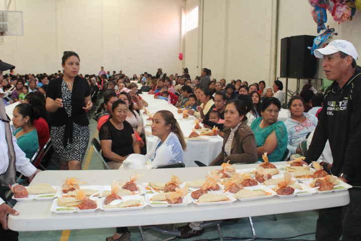 Realiza Ayuntamiento desayuno por el Día de la Madres