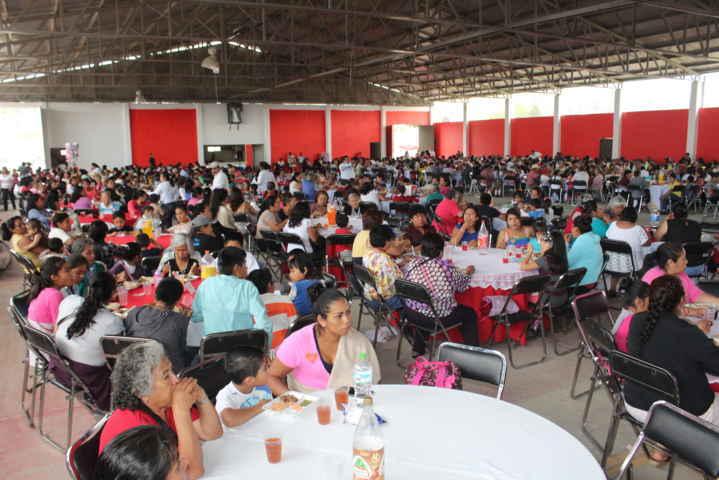 Con un show y regalos festejan el Día de las Madres en Tepeyanco