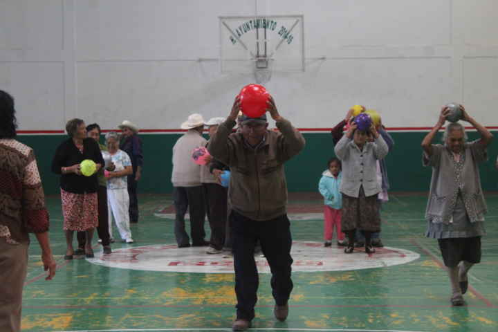 Realizan actividades físicas abuelos en Nativitas