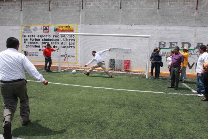 Diputado federal y alcalde dan patada inicial de la nueva cancha de futbol 7 en Tepetitla