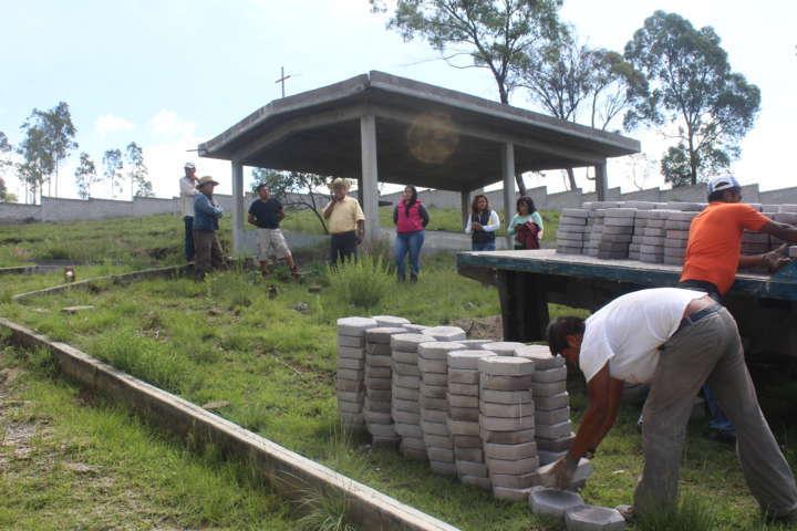 Alcalde entrega adoquín para la rehabilitación del panteón de Atoyatenco