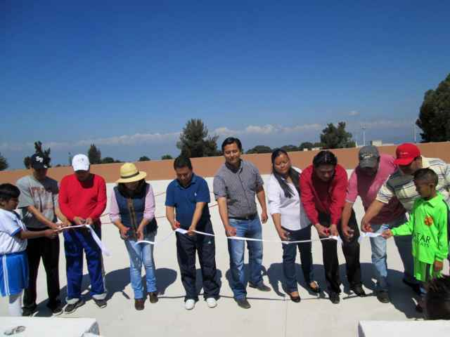 Inauguran cancha de fútbol rápido en Tetlanohcan