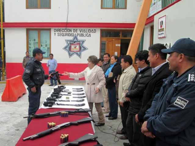 Entrega Tetlanohcan equipamiento armado a policías
