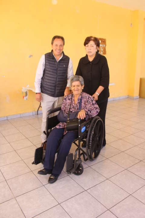 Alcalde mejora la calidad de vida de discapacitados entregando sillas de rueda