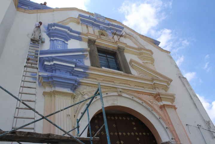 Ayuntamiento de Xiloxoxtla rehabilita el exterior de la iglesia