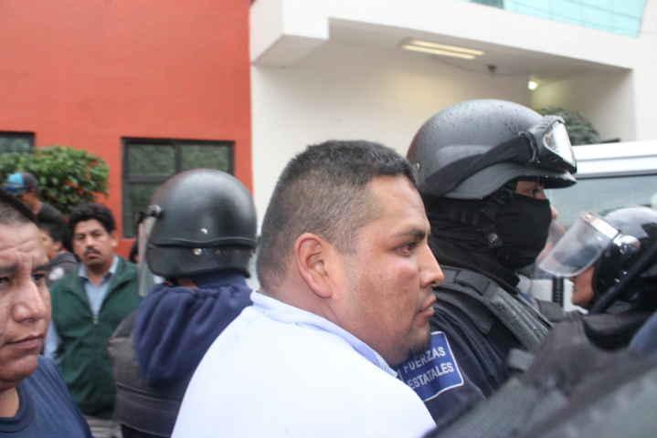 Usa policía gas lacrimógeno para rescatar a ladrones en Zacualpan
