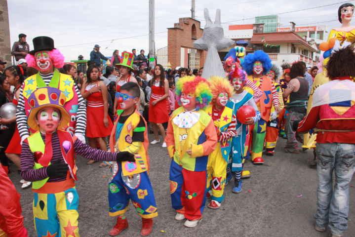 El carnaval en Teacalco termina con un colorido desfile de remate