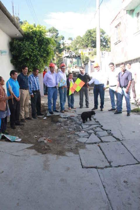 Alcalde de Tepetitla en gira de trabajo da banderazo de inicio de obra de drenaje sanitario