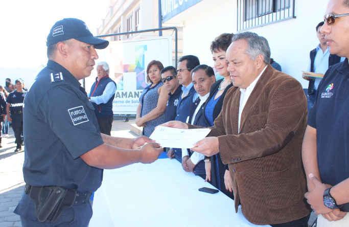 Reciben policías de Huamantla constancias de capacitación y de estudios
