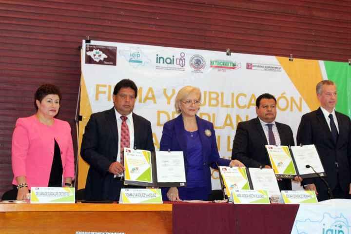 Firma Tomás Vásquez plan de acción local de gobierno abierto