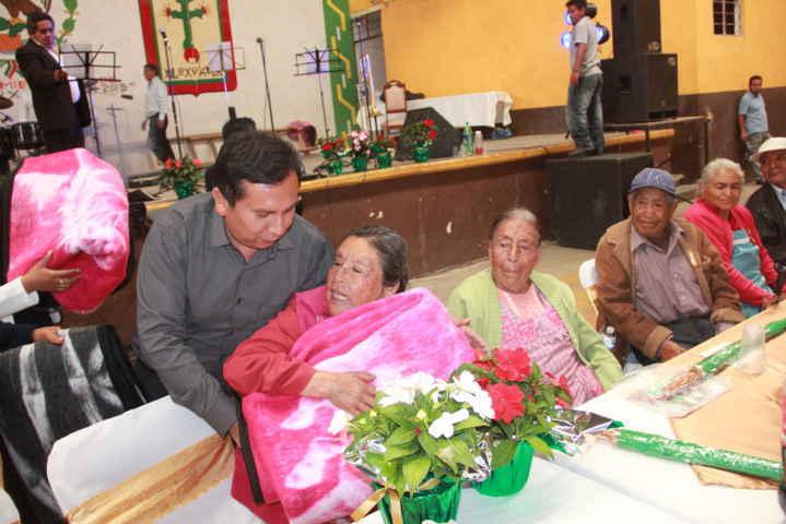 Alcalde y SMDIF de Xiloxoxtla festejan a los abuelitos con una homilía