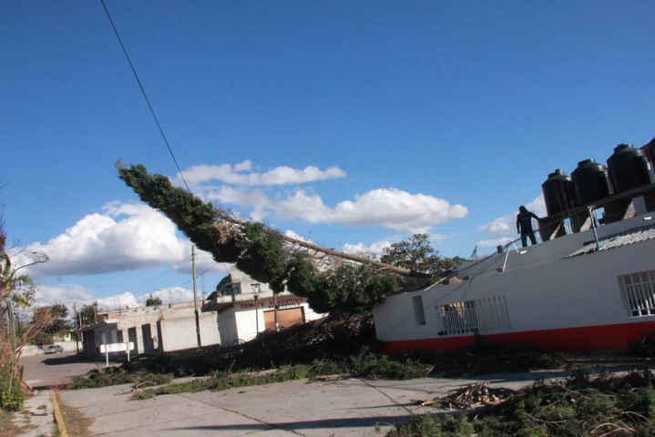 Sánchez Tlapapal atiende contingencia por fuertes vientos