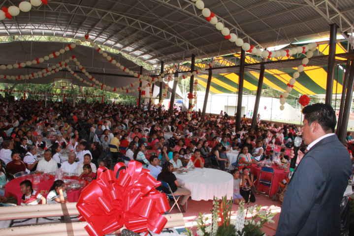 Madres de Zacualpan son festejadas por el Ayuntamiento