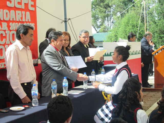 Alcalde de Xiloxoxtla acude como padrino de generación de varias escuelas