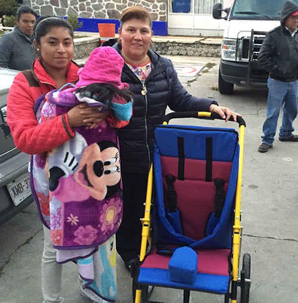 Entregan sillas de ruedas a personas de escasos recursos