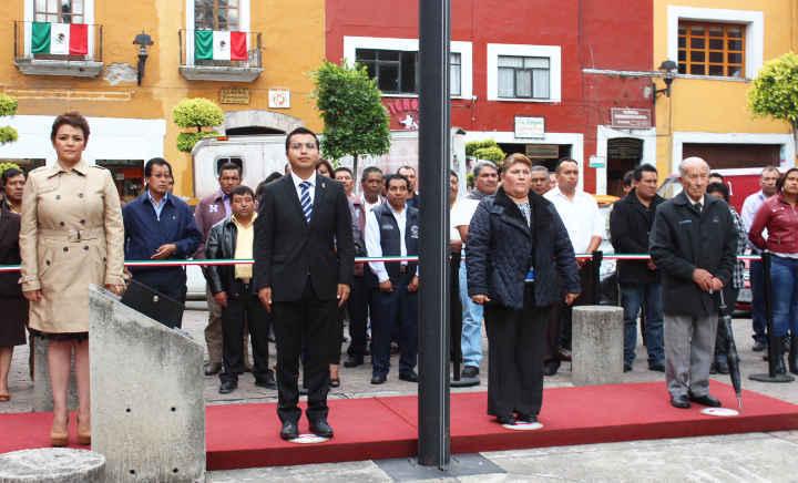 Realiza Ayuntamiento de Huamantla Arrío de Bandera en la capital del estado