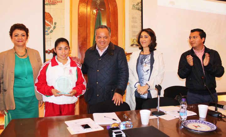 Ayuntamiento de Huamantla otorga reconocimiento a estudiante ejemplar