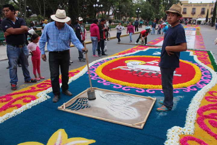 """Mediante arte efímero celebran el tradicional """"Corpus Christi"""" en Huamantla"""