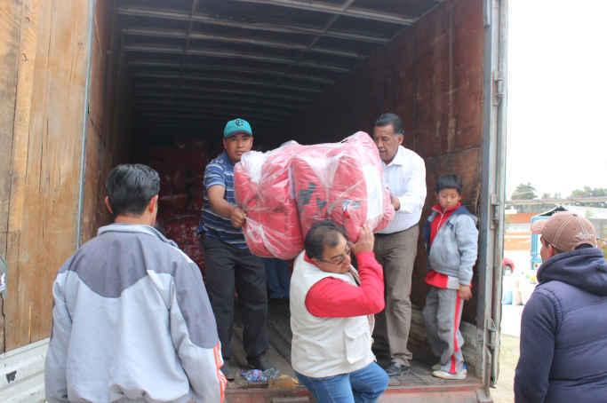 Apoya Ayto. de Huamantla con traslado de chamarras para estudiantes