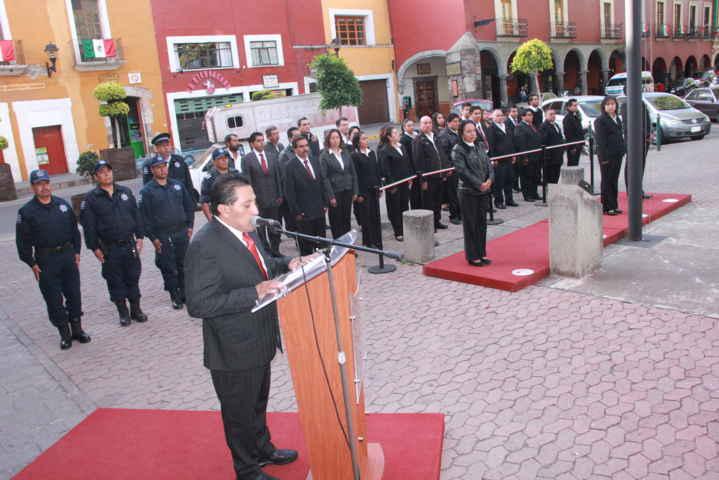 Tetlatlahuca realiza Izamiento de Bandera Nacional en la Plaza de la Constitución