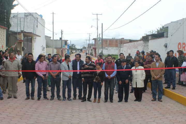 Entrega alcalde de Tetla rehabilitación de calle Cuba