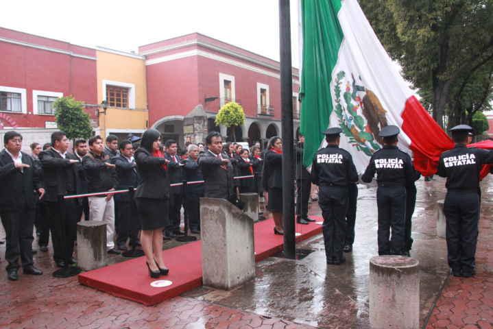 Alcalde de Xaloztoc realiza el Izamiento de Bandera bajo aguacero