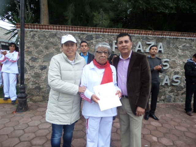 Entregan certificados de primaria a personas de la tercera edad de Tetla