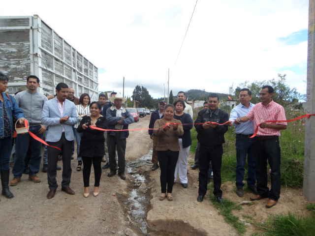 Entrega alcalde de Tetla obras de ampliación eléctrica