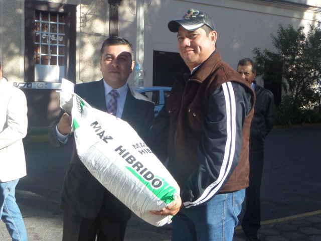 Entregan apoyos a productores de Tetla