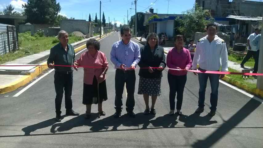 Inaugura Carlos Luna pavimentación de calle
