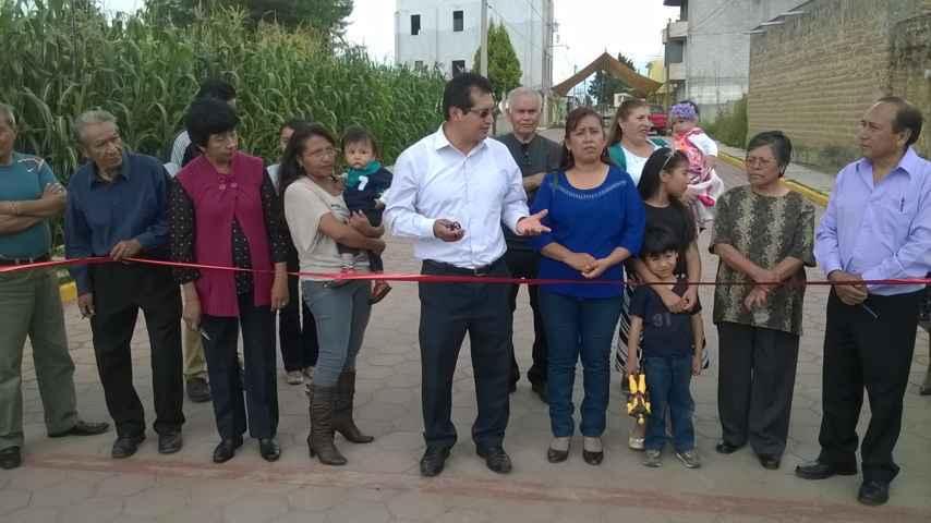 Inaugura CLV pavimentación de calle en Amaxac